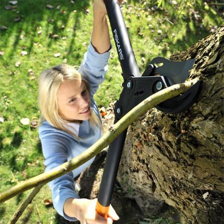 Le coupe branches et ses longs manches permettent d'accéder aux branches sans grimper dans l'arbre