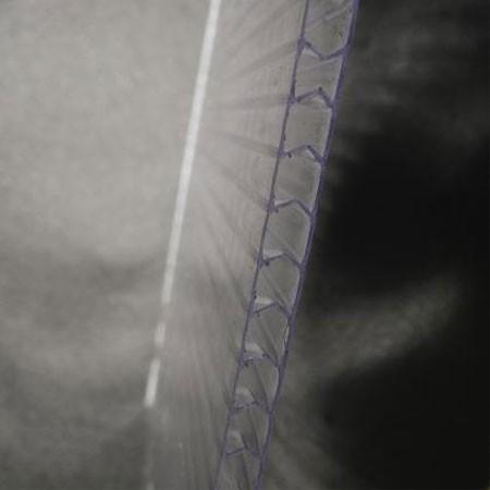 Le polycarbonate translucide double alvéolaire de 4mm d'épaisseur est un matériau extrêment résistant et très isolant.