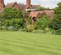 Le gazon anglais, un tapis vert impeccable rasé de près