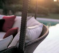 Coussins et voile d'ombrage complètent à merveille un salon bas