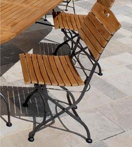 La chaise Bima, structure en acier, assise et dossier en teck