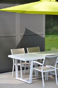 Le Fauteuil Loft empilable en aluminium blanc et textilène taupe