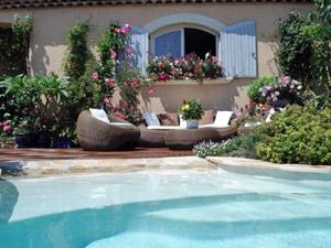 Près de la piscine, un salon bas est bienvenue ! © Vos idées Jardins