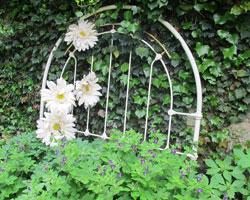 Une tête de lit pour décorer le jardin