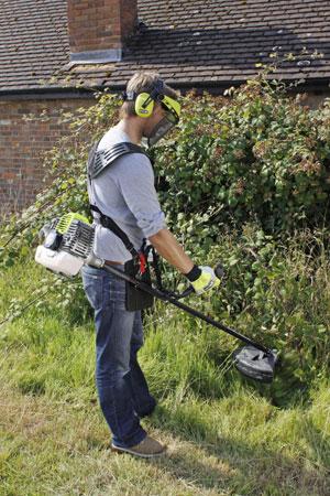 Choisissez votre débroussailleuse en fonction du type de terrain et de végétation