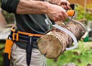 Transportez facilement vos bûches grâce au crochet de levage et à la pince à bois