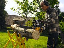 Tronçonnez à pleine puissance en attaquant le bois avec le milieu de la chaîne.