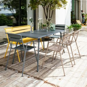 Salon Monceau : Table 146x80cm + 2 Chaises muscade + 2 Chaises grise + 1 Banc miel