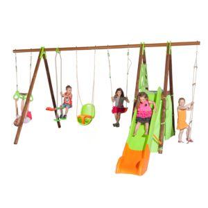 Portique en métal et bois avec balançoire, face-à-face, plateforme avec toboggan et cabane, échelle de corde, d'un trapèze à anneaux, et siège bébé.