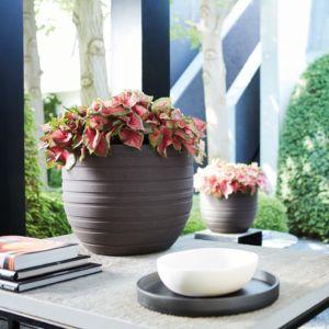 Pot rond Elho en fibre synthétique et fibre de bois, de diamètre 40 cm, couleur brun. Modèle Ribbon Allure